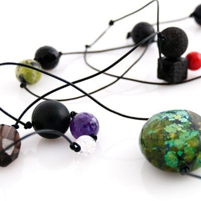 Smykke materiale er i hoej kvalitet - halvaedelsten, lava, koral - naturens skatkammer