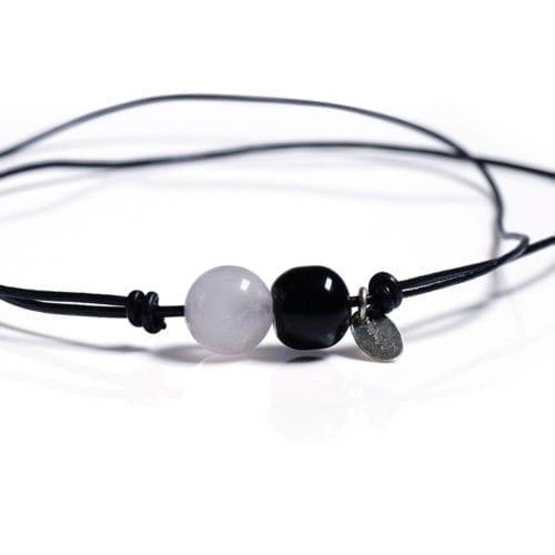 Rosa/Sort minimalistisk halskaede - laedersnor med Rosakvarts og Onyx