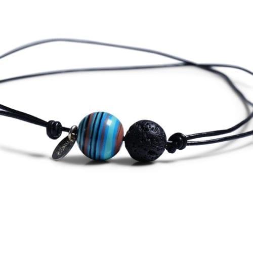 Blaa/Sort minimalistisk halskaede - laedersnor med stribet Agat og Lava