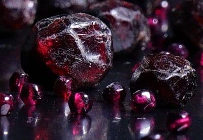 Den røde granat smykkesten og dens betydning