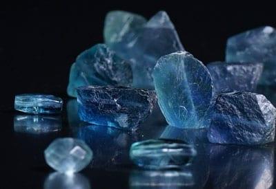 den blå fluorit sten og dens betydning