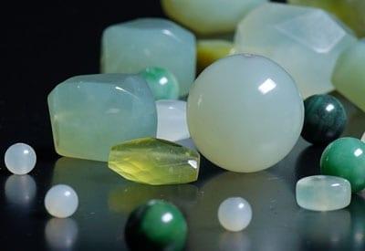 Grøn Jade smykkestens betydning, forskellige former og størrelser
