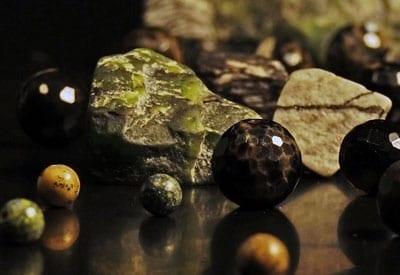 Forskellige former for Halvædelstenen Jaspis og stenens betydning