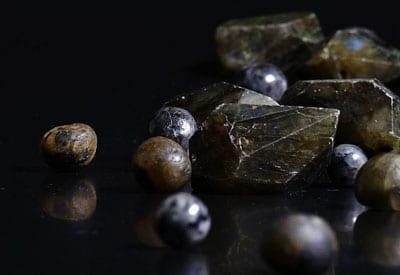 Smykkestenen Labradorit egenskaber og betydning