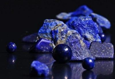 Lapis-Lazuli betydning og egenskaber, polerede og rå sten