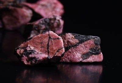 Rhodonit, stenens betydning, rå smykkesten