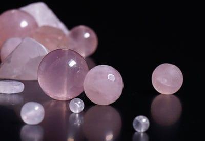 Rosakvarts stenens egenskaber og betydning, lyserød krystal