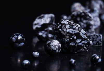 Snefnug obsidian, egenskaber og stenens betydning