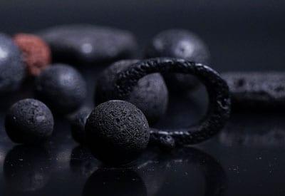 Sort og brun Lava sten i forskellige former og lava stenenes betydning