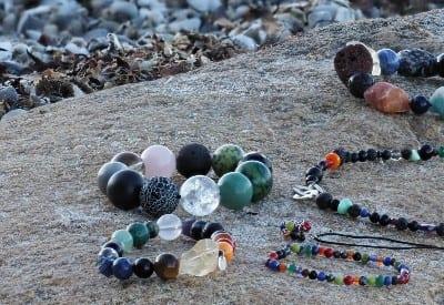 chakrasmykker i krystaller med kærlig energi